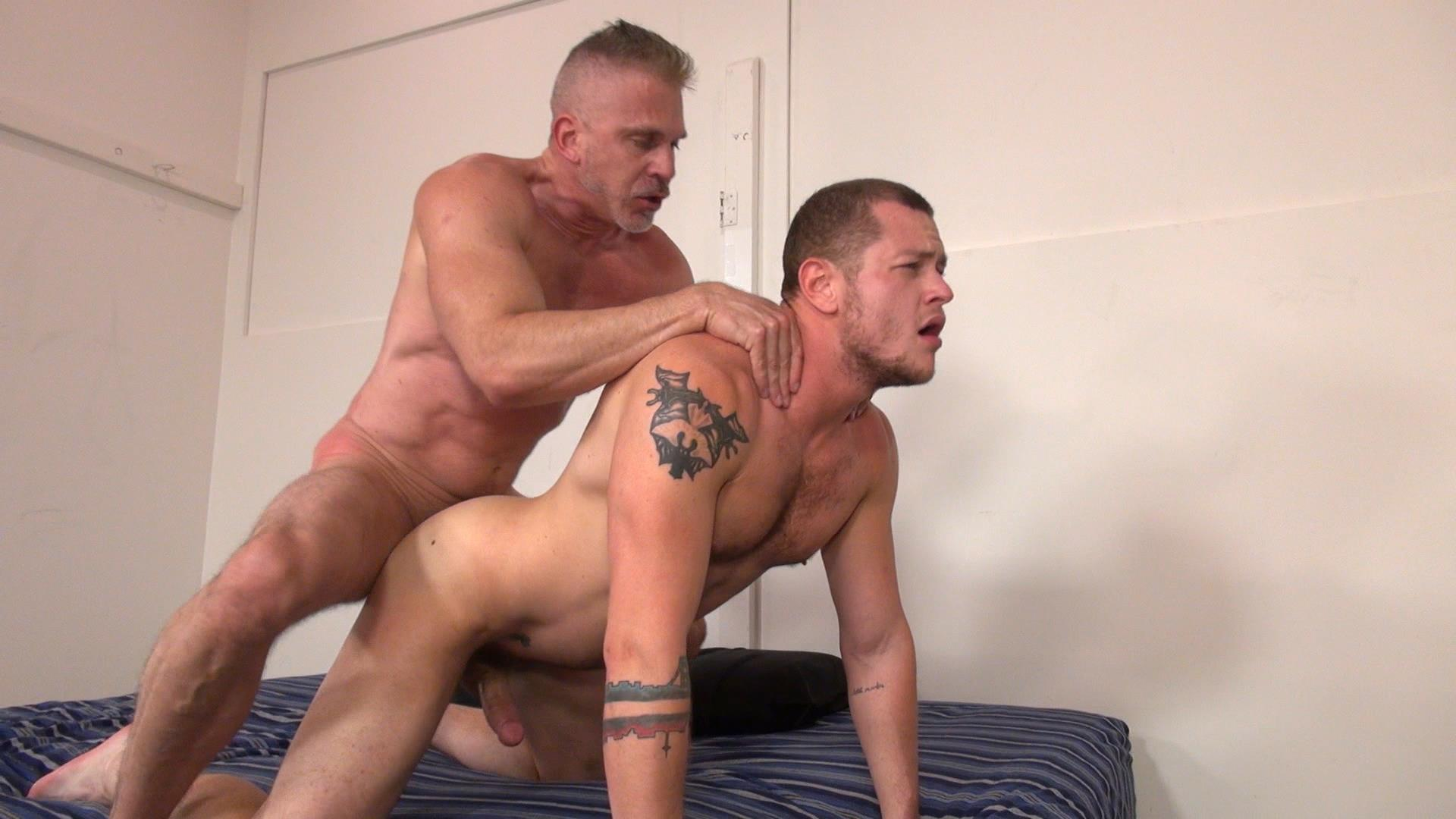 Hung daddy bareback
